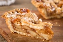 Φέτα του στόματος που ποτίζει την αγροτική πίτα μήλων στοκ εικόνα