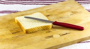 Φέτα του ψωμιού και του μαχαιριού Στοκ φωτογραφία με δικαίωμα ελεύθερης χρήσης
