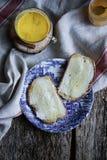 Φέτα του ψωμιού με το βούτυρο και το μέλι Στοκ Φωτογραφίες