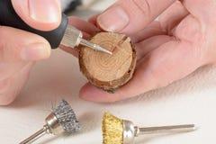 Φέτα χάραξης του ξύλου με το περιστροφικό πολυ εργαλείο Στοκ εικόνα με δικαίωμα ελεύθερης χρήσης