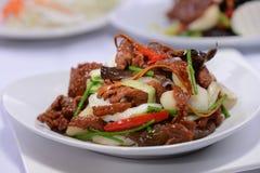Φέτα χοιρινού κρέατος με το κρεμμύδι και το λαχανικό στοκ εικόνες με δικαίωμα ελεύθερης χρήσης