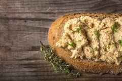 Φέτα ψωμιού με την κρέμα που γίνεται από το πολτοποίηση στήθος κοτόπουλου με το χορτάρι Στοκ φωτογραφία με δικαίωμα ελεύθερης χρήσης