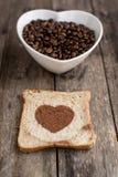 Φέτα ψωμιού με τη μορφή καρδιών και τα φασόλια καφέ Στοκ Φωτογραφία