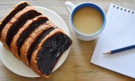 Φέτα ψωμιού που ντύνει την κρεμώδεις σάλτσα και τον καφέ σοκολάτας με το βιβλίο Στοκ φωτογραφία με δικαίωμα ελεύθερης χρήσης