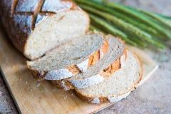Φέτα ψωμιού σε έναν ξύλινο πίνακα Φρέσκια φραντζόλα σίτου Στοκ φωτογραφία με δικαίωμα ελεύθερης χρήσης