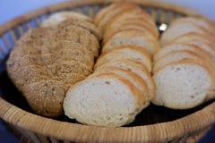 Φέτα ψωμιού στο καλάθι το πρωί στοκ φωτογραφίες