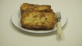 Φέτα ψωμιού τηγανητών στο πετρέλαιο, κινηματογράφηση σε πρώτο πλάνο βράζοντας πετρέλαιο τηγανίζοντας το ψωμί