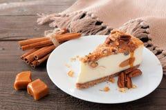 Φέτα cheesecake καραμέλας πεκάν σε ένα ξύλινο υπόβαθρο Στοκ φωτογραφία με δικαίωμα ελεύθερης χρήσης