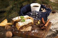 Φέτα strudel της Apple με το φλυτζάνι με τη διακόσμηση Χριστουγέννων καφέ Στοκ Εικόνα