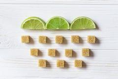Φέτες ασβέστη και κύβοι της καφετιάς ζάχαρης Σύννεφο με τη βροχή Ingredien Στοκ εικόνα με δικαίωμα ελεύθερης χρήσης