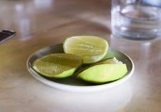Φέτες ασβέστη στο πιάτο στοκ φωτογραφίες με δικαίωμα ελεύθερης χρήσης