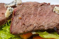 Φέτες βόειου κρέατος μέσου σπάνιου με τα λαχανικά Στοκ εικόνες με δικαίωμα ελεύθερης χρήσης