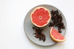 Φέτες γκρέιπφρουτ και είδη γλυκάνισου αστεριών στο πιάτο άνωθεν στοκ εικόνα