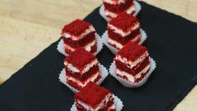 Φέτες κέικ, επιδόρπιο για τις διακοπές Κόμμα, γεγονός, γενέθλια, γαμήλια γλυκά Αποτελείται από την κρέμα, τη ζύμη και τα μούρα απόθεμα βίντεο