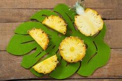 Φέτες και διχοτομημένος ανανάς στο δίσκο στοκ φωτογραφία