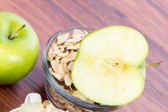 Φέτες και καρύδια της Apple Στοκ Εικόνα