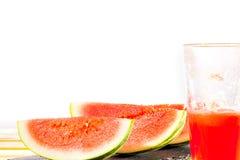 Φέτες καρπουζιών και αναζωογονώντας ποτό θερινού πουρέ στο γυαλί Wh στοκ φωτογραφία με δικαίωμα ελεύθερης χρήσης