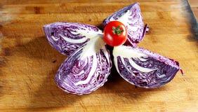 Φέτες κόκκινων λάχανων και κόκκινες ντομάτες κερασιών Στοκ εικόνες με δικαίωμα ελεύθερης χρήσης
