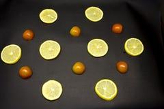 Φέτες λεμονιών με τις φέτες των ντοματών Στοκ Εικόνες