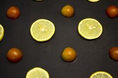 Φέτες λεμονιών με τις φέτες των ντοματών Στοκ Φωτογραφίες