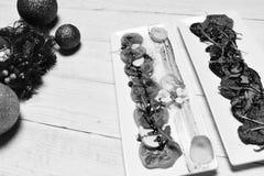 Φέτες ντοματών και μοτσαρελών με το κρέας και τα λαχανικά Στοκ εικόνα με δικαίωμα ελεύθερης χρήσης