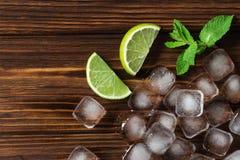 Φέτες, πάγος, μέντα και κύβοι ασβέστη της καφετιάς ζάχαρης Συστατικά για Στοκ Φωτογραφίες