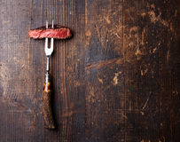 Φέτες της μπριζόλας Ribeye στο δίκρανο κρέατος Στοκ Εικόνες