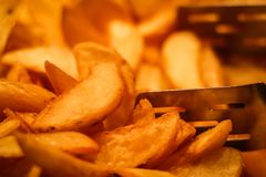 Φέτες της τηγανισμένης κινηματογράφησης σε πρώτο πλάνο πατατών στοκ φωτογραφίες