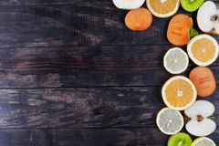 Φέτες της υγιούς κινηματογράφησης σε πρώτο πλάνο φρούτων στο αγροτικό ξύλο με το διάστημα αντιγράφων Στοκ φωτογραφία με δικαίωμα ελεύθερης χρήσης