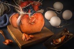Φέτες της ψημένης κολοκύθας με το μέλι σε έναν ξύλινο πίνακα με τα αυγά στοκ εικόνες