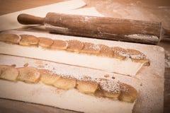 Φέτες της Apple στα λωρίδες της ζύμης και κυλώντας καρφίτσα σε ένα ελαφρύ ξύλο Στοκ φωτογραφίες με δικαίωμα ελεύθερης χρήσης