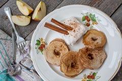 Φέτες της Apple στη ζύμη με το τυρί κανέλας και κρέμας Στοκ Εικόνα