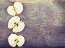 Φέτες της Apple στον ξύλινο πίνακα, αγροτικό υπόβαθρο Στοκ Εικόνα