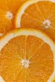 Φέτες της juicy πορτοκαλιάς κινηματογράφησης σε πρώτο πλάνο Στοκ Φωτογραφίες