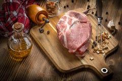 Φέτες του ακατέργαστου λαιμού χοιρινού κρέατος Στοκ Φωτογραφίες