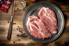 Φέτες του ακατέργαστου λαιμού χοιρινού κρέατος Στοκ Εικόνες