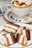 Φέτες του κέικ και του καφέ σοκολάτας με την κρέμα Στοκ Εικόνες
