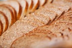Φέτες του καφετιού ψωμιού στο αρτοποιείο Στοκ φωτογραφίες με δικαίωμα ελεύθερης χρήσης