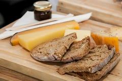 Φέτες του καφετιών ψωμιού και του τυριού σε έναν πίνακα στοκ φωτογραφία με δικαίωμα ελεύθερης χρήσης