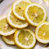 Φέτες του λεμονιού στο άσπρο πιάτο Στοκ εικόνες με δικαίωμα ελεύθερης χρήσης