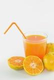 Φέτες του πορτοκαλιού με το χυμό από πορτοκάλι φρέσκο στο γυαλί Στοκ φωτογραφίες με δικαίωμα ελεύθερης χρήσης
