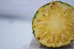 Φέτες του φρέσκου ανανά, κονσερβοποιημένος ανανάς, στο άσπρο υπόβαθρο στοκ φωτογραφία με δικαίωμα ελεύθερης χρήσης