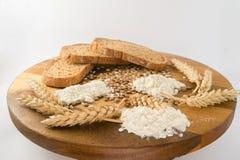 Φέτες του ψωμιού με το σίτο στο ξύλινο γραφείο Στοκ εικόνες με δικαίωμα ελεύθερης χρήσης