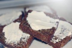 Φέτες του ψωμιού που λερώνονται με το άσπρο τυρί Στοκ Εικόνες