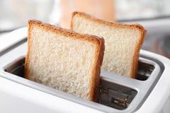 Φέτες του ψωμιού στη φρυγανιέρα Στοκ Εικόνες