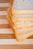 Φέτες του ψωμιού φρυγανιάς Breadboard στοκ εικόνες