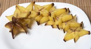 Φέτες του carambola που απομονώνεται σε ένα άσπρο πιάτο Στοκ φωτογραφία με δικαίωμα ελεύθερης χρήσης