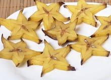 Φέτες του carambola σε ένα άσπρο πιάτο - φέτες Στοκ εικόνα με δικαίωμα ελεύθερης χρήσης