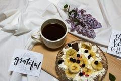 Φέτες τυριών και μπανανών εξοχικών σπιτιών σε ένα πιάτο, τοπ άποψη Στοκ Φωτογραφίες