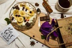 Φέτες τυριών και μπανανών εξοχικών σπιτιών σε ένα πιάτο, τοπ άποψη Στοκ φωτογραφία με δικαίωμα ελεύθερης χρήσης